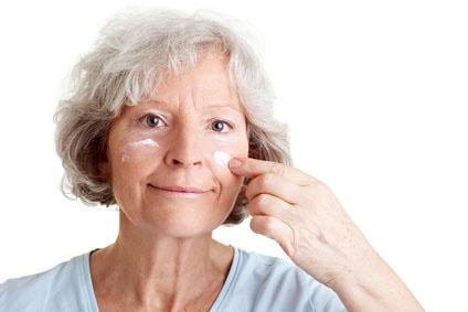 Rentnerin pflegt ihr Gesicht